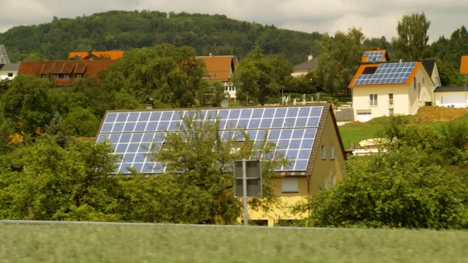 bioconstrucción y paneles-solares